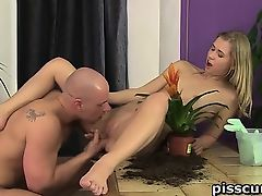 Violette pissed in entrance and wet crack licked